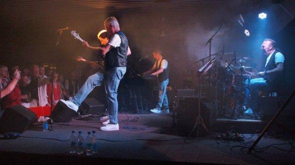 SwingingBlueJeans02(2013)